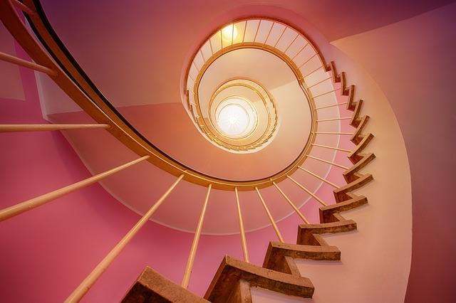 dřevěné zábradlí na schodech
