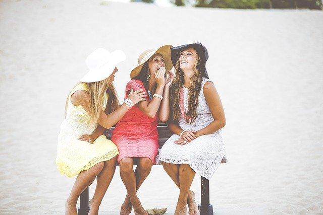 dívky na pláži.jpg