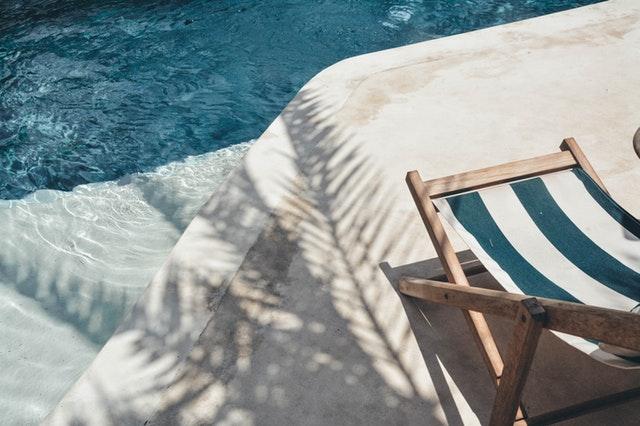 modré ležadlo pri bazéne