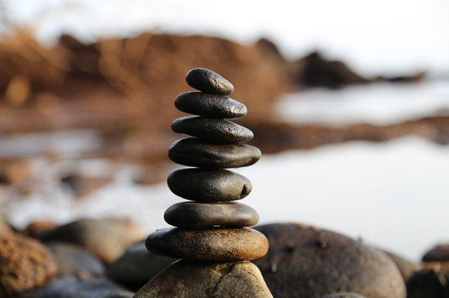 veža z kameňov pri mori