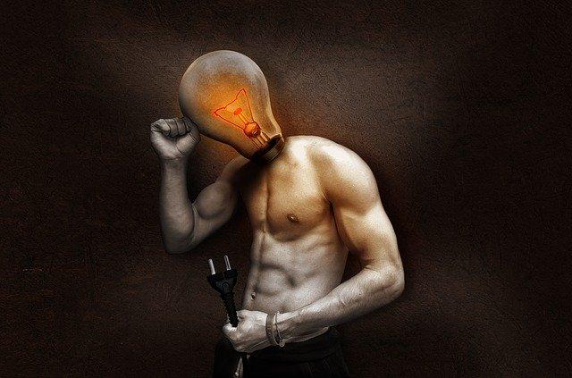 Muž má namiesto hlavy žiarovku a v ruke drží kábel