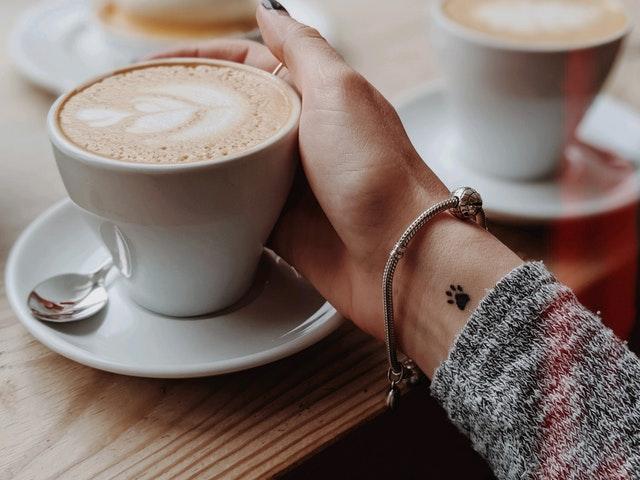 ruka s tetováním